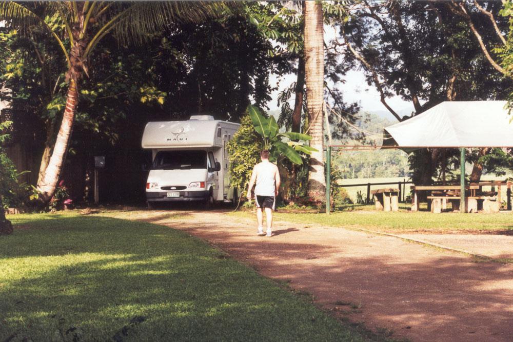 Onze camper tussen de bomen op de camping