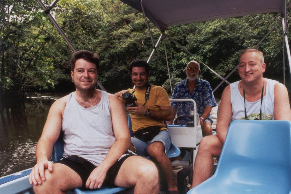 Met zijn allen in het bootje, opweg over deze schitterende rivier