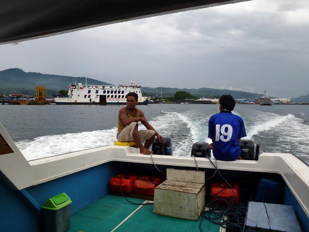 Na een lange rit in de auto worden we het laatste stuk vervoerd met de speedboot naar Divers Lodge Lembeh