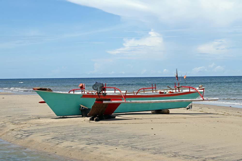 Vissersboot op het strand bij de schildpadden rescue centre